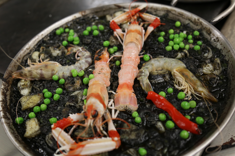 Arroz negro de frutos do mar